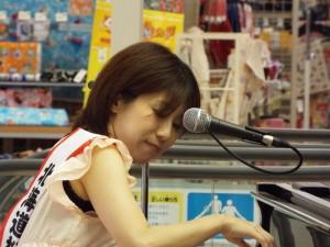 ピアノ弾き語りの浅羽さん